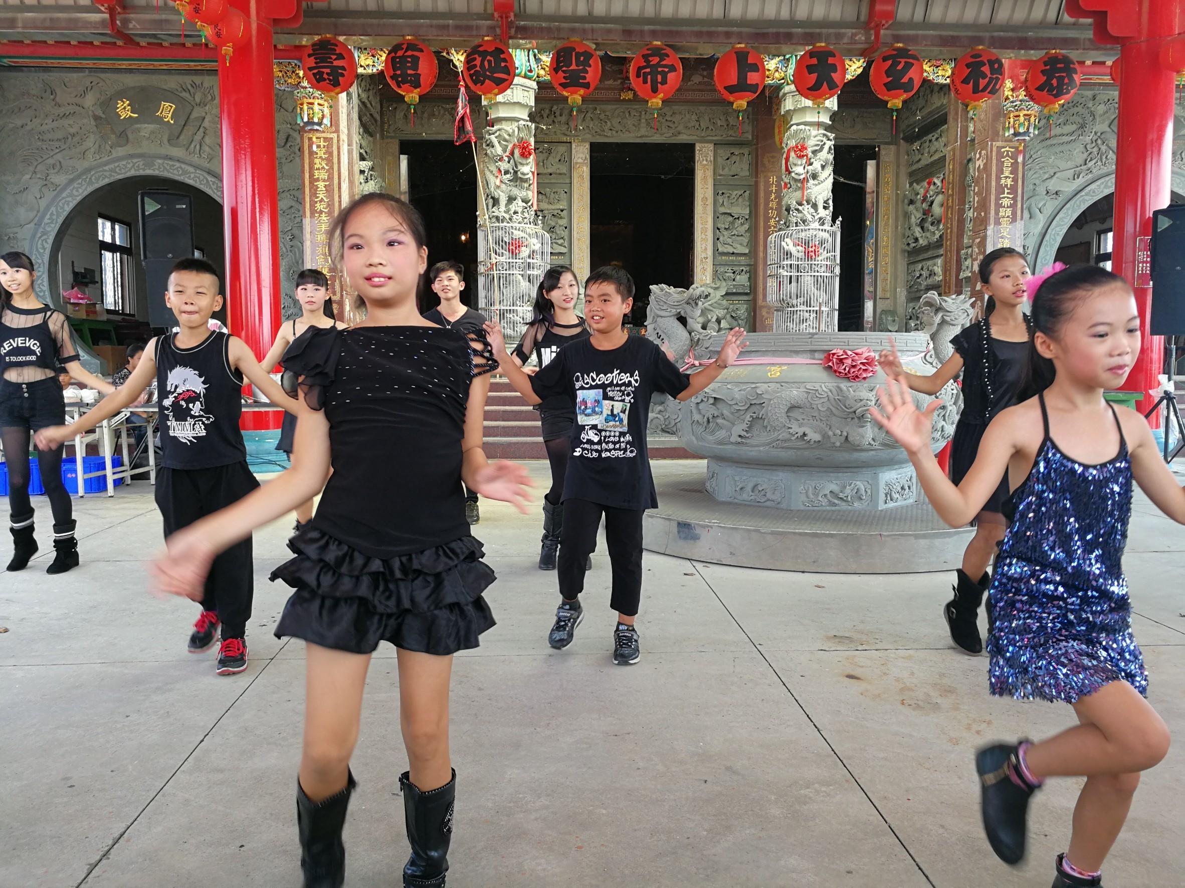 社區小朋友以熱舞表演揭開活動序幕。(106.08.26)