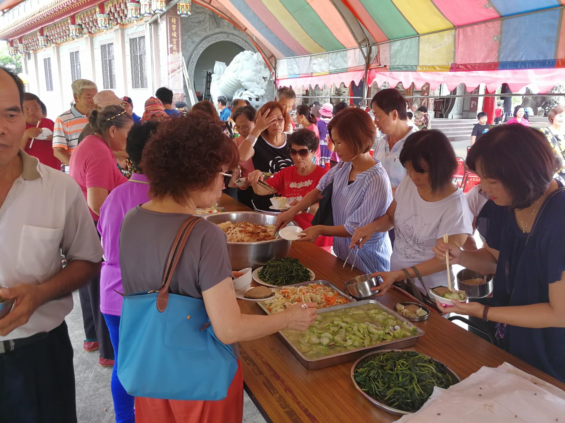 地瓜葉、金瓜米粉、絲瓜,全部都是社區居民栽種的喔(106.08.26)