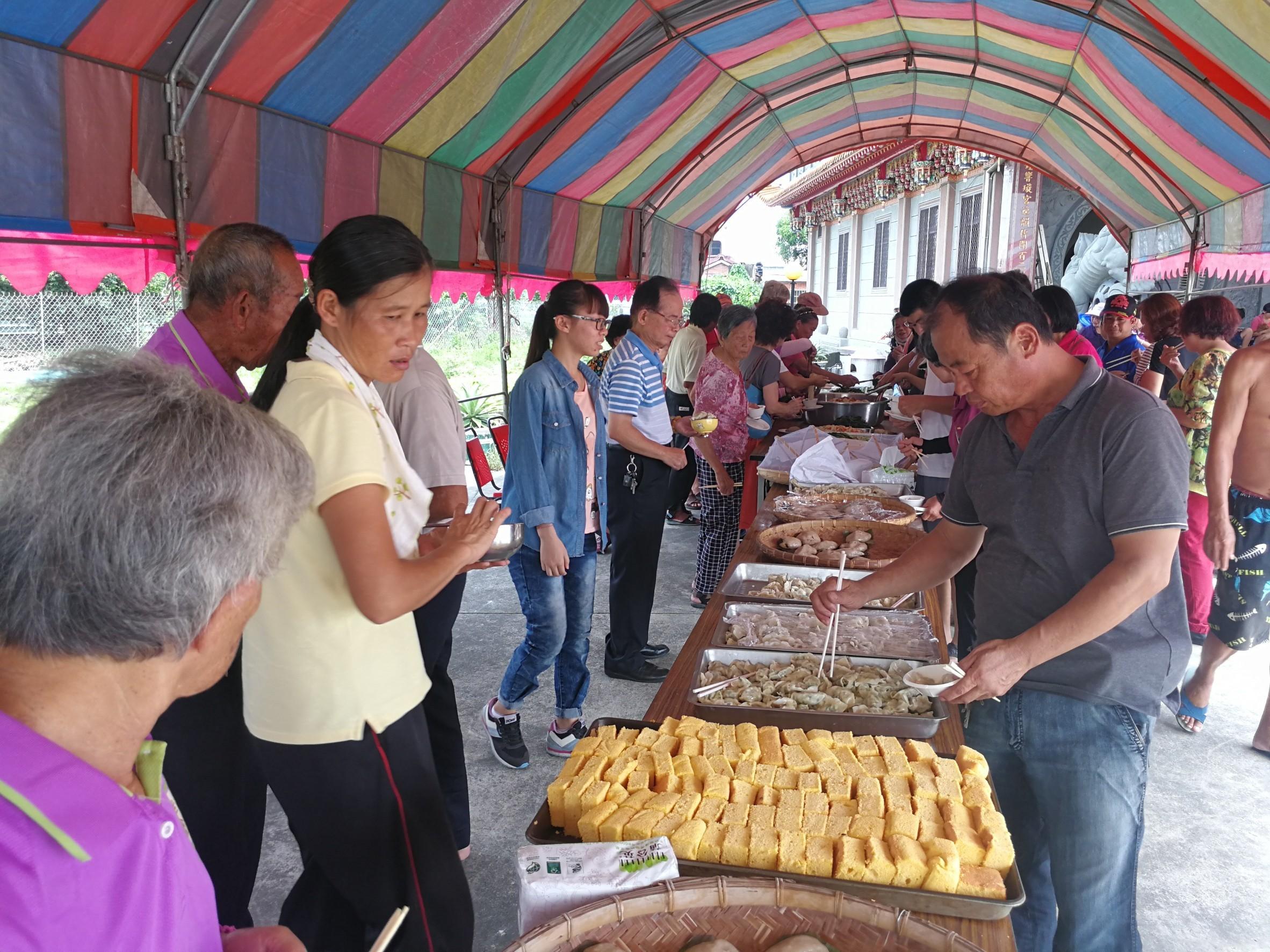 附近的塗師社區運用在地盛產的南瓜製作蛋糕,與六斗社區的好朋友們一同分享。(106.08.26)