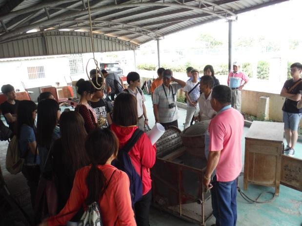 雙涵社區的志工帶領大家參訪,解說社區歷史文化及現有資源(104.04.19)。
