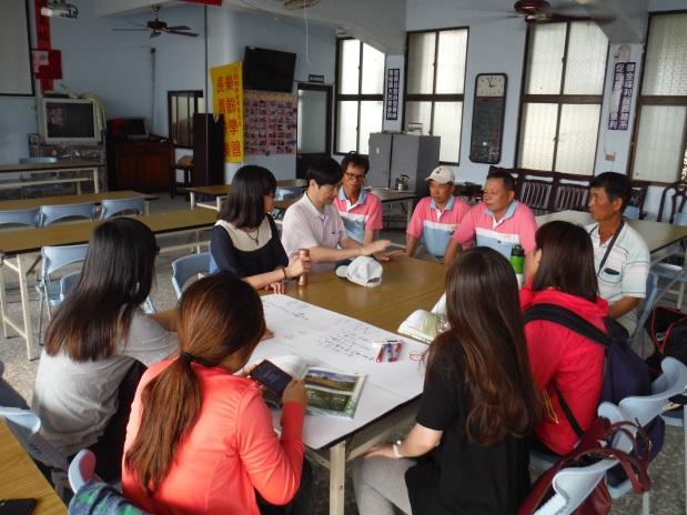 中正大學社會福利學系吳明儒教授引導學生及社區參與討論,共同討論未來方向(104.04.19)。