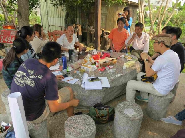 崙陽社區阮理事長(左5)、頂菜園社區陳理事長(右4)與中正大學學生一起討論社區發展方向(104.04.19)。