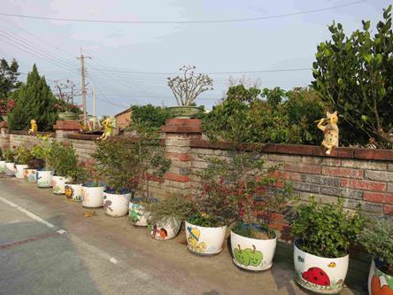 """崙陽社區因為小巷常發生機車撞到野貓事故,影響人車安全,居民在兩旁安置許多貓咪雕塑,打造""""貓仔巷"""",提醒注意安全,也塑造有趣的景觀。"""