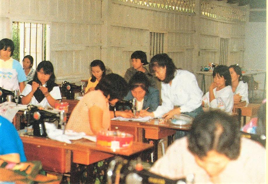 泰北難民村工作團手工藝小組教授難胞婦女縫紉-2