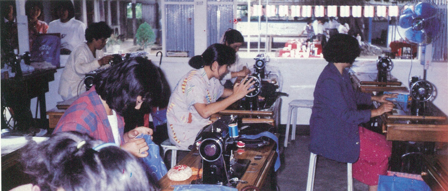 泰北難民村工作團手工藝小組教授難胞婦女縫紉-3