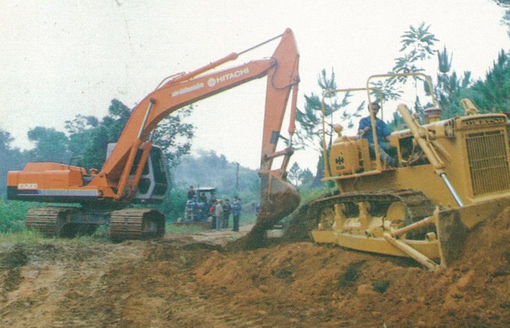 為泰北各難民村拓建對外產業道路正施工中情形之一