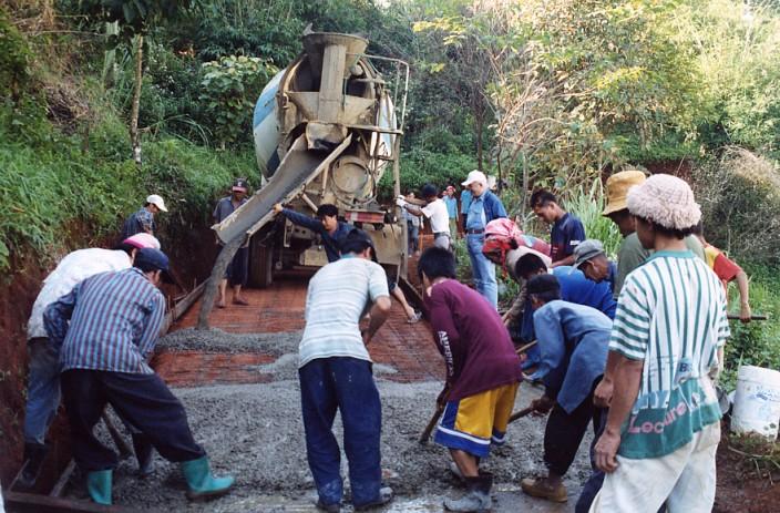 有路有發展-協助美華村鋪設道路。
