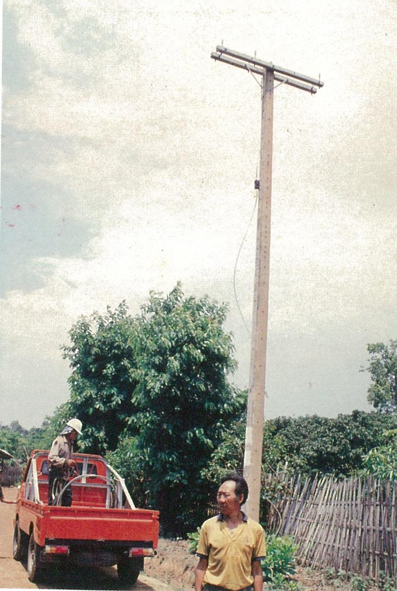 泰北各難民村均屬偏遠地區,普遍缺乏電力;工作團配合泰方輸電系統,積極架設電線,造福難胞。圖為架線進行的情形