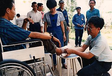 當年泰北同胞誤踩地雷一事時有所聞,本會為殘障同胞提供義肢裝置服務。