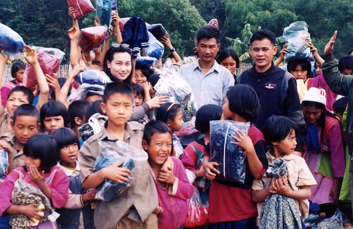 衣物救助-收到本會的禦寒冬衣,泰北回索樂的孩子們緊抱新衣歡喜入鏡