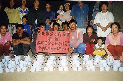 連結台北市愛心行善會捐贈餐具予密那旺村村民。