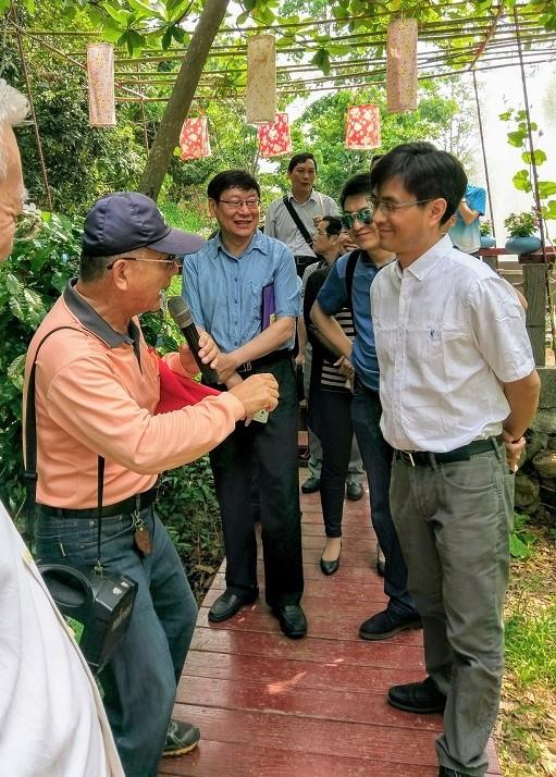 彰化縣彰化市福田社區總幹事(左一)講解社區發展過程,令專家學者驚豔。2018.05.05