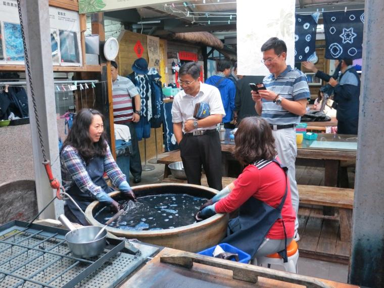 農村再生搭配文化創意,雙潭休閒農業區的藍染產業就此蓬勃發展,圖為大陸來訪專家請教社區居民如何製作藍染。2015.05.24