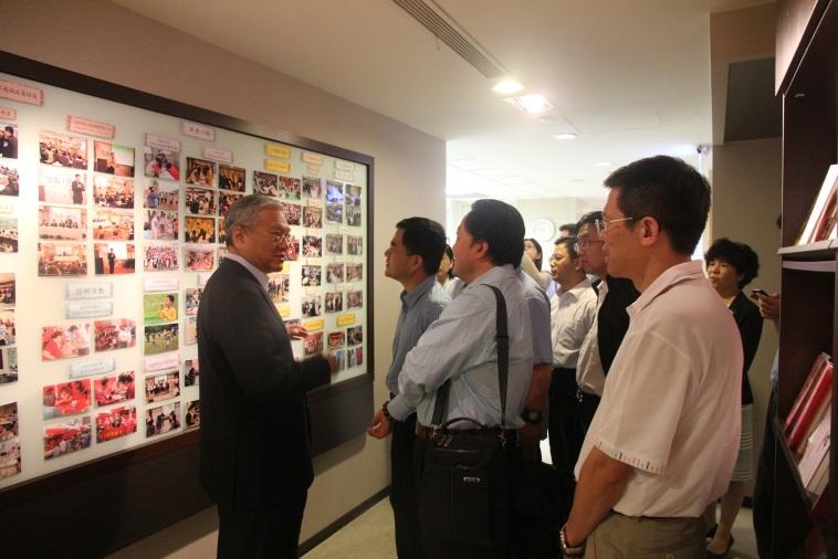張理事長(左1)向中國社會治理研究會來訪專家介紹本會各項服務工作,交流非營利組織推動福利服務經驗。2015.05.26