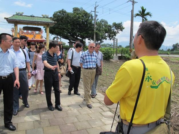 永安社區發展協會理事長帶領中國社會工作協會理事參訪社區。2014.05.25