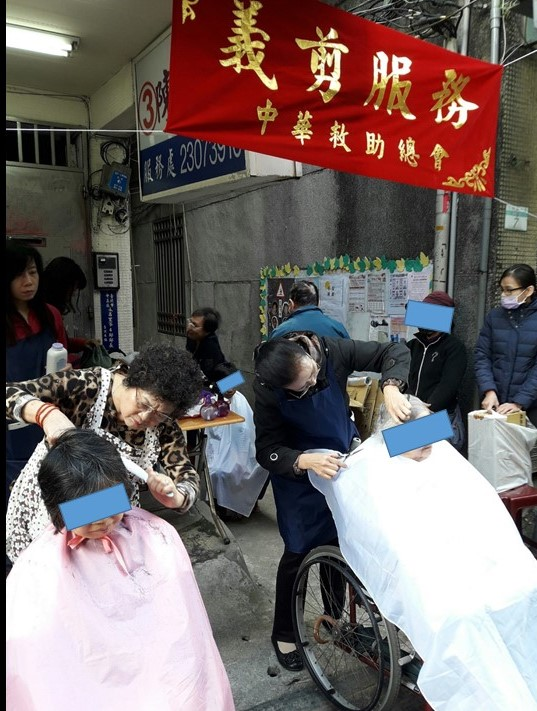 志工姊妹忙東忙西,希望永昌里的長輩與孩子都能喜歡新髮型。