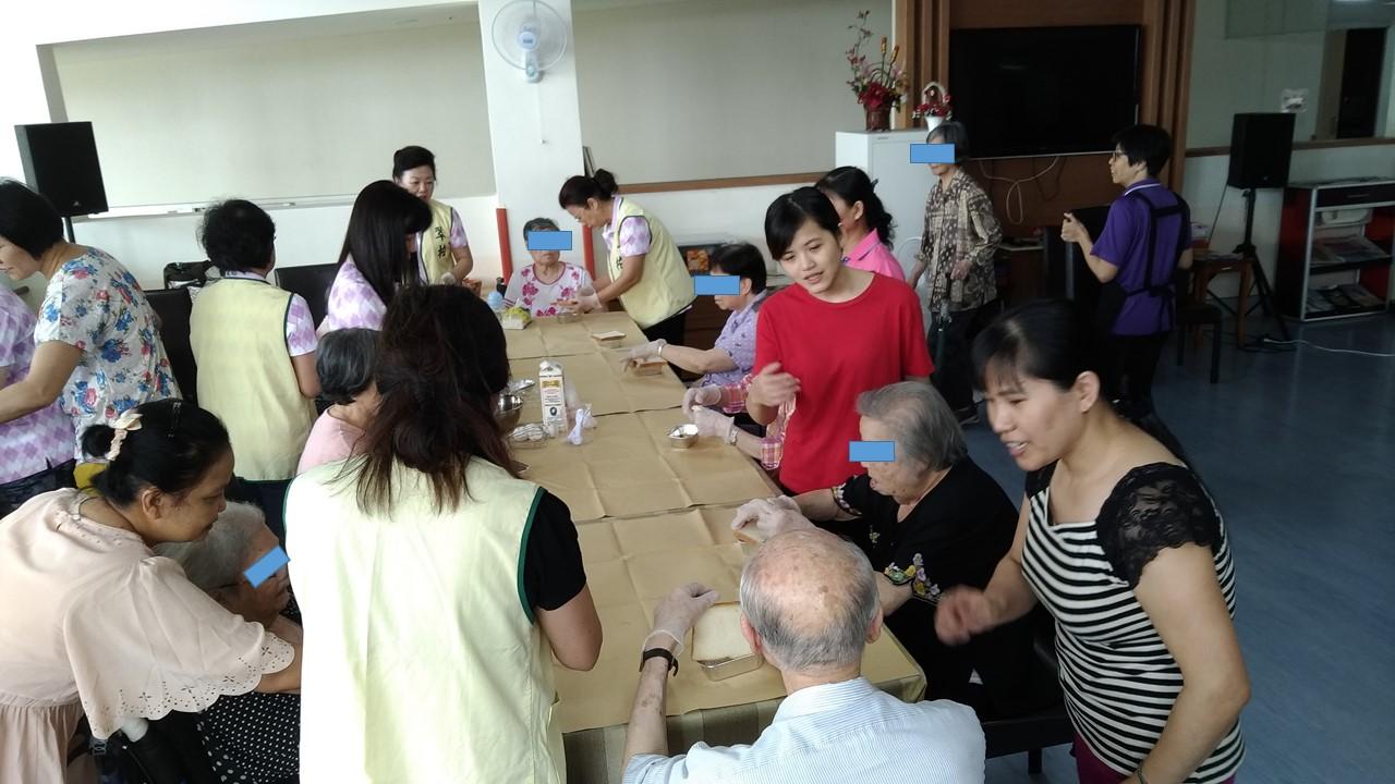 志工與長輩一起製作。