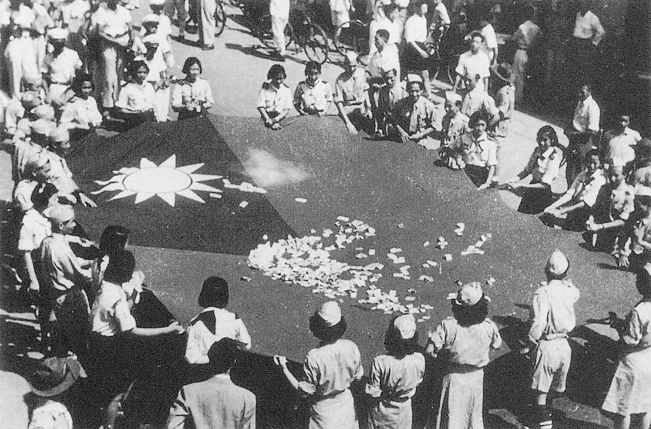 民國39年(1950)5月25日救總於台北市發動「救濟大陸災胞勸募大遊行」群眾響應救災,紛紛投幣至遊行隊伍的巨幅國旗上,熱忱感人。