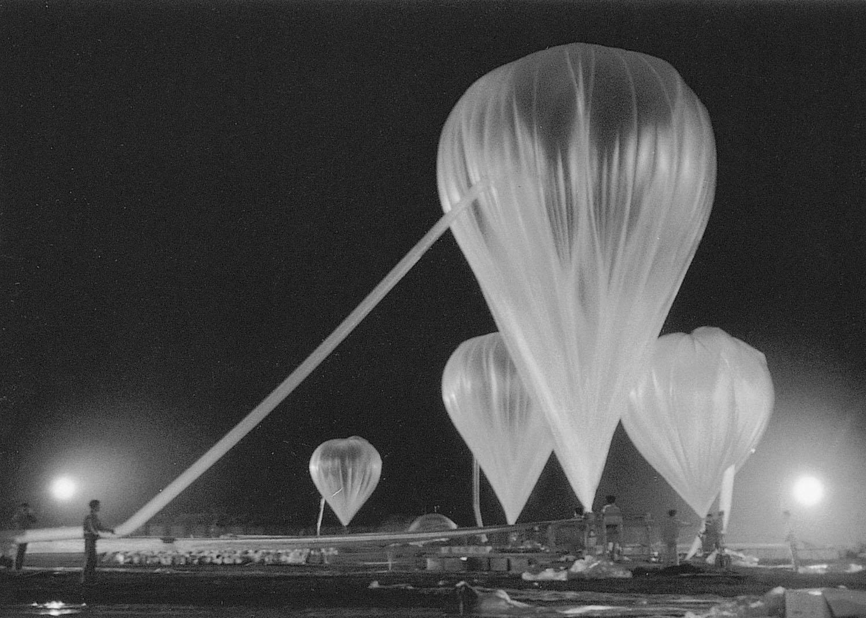 自民國54年(1965)起,以空飄海飄及海上宣慰方式,送達救濟物資,飛行時間可達60小時,飄送地點可以達到大陸三分之二以上的省市。