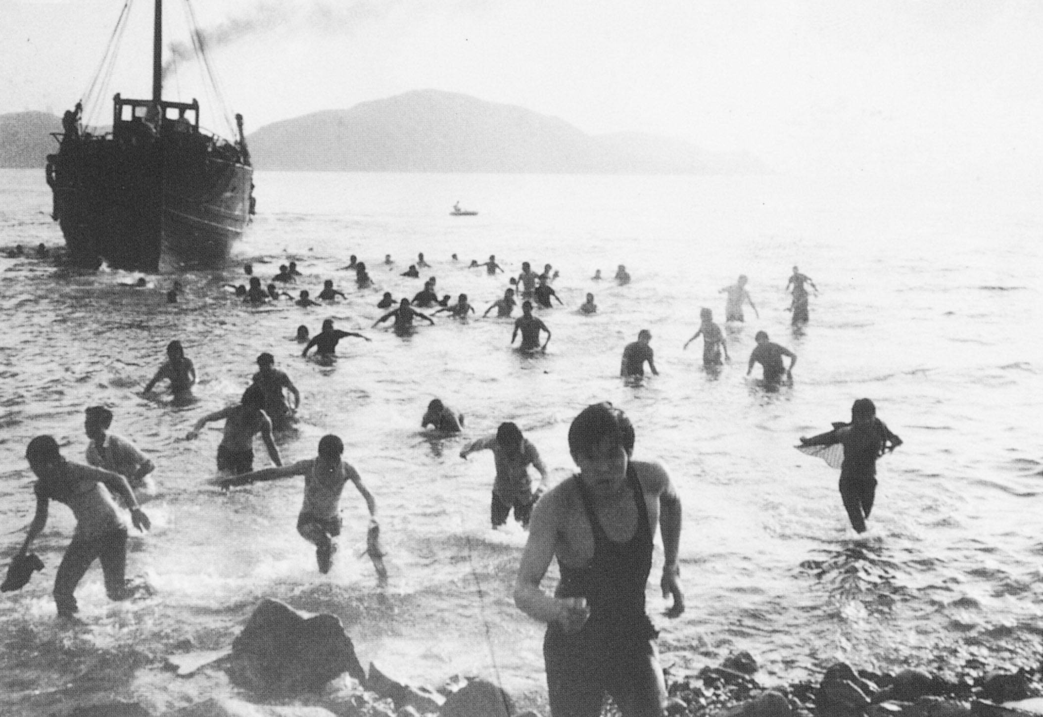 民國51年(1962),爆發大陸五月難民逃亡潮,數以萬計的饑民湧現香港邊境, 有從水路奔向自由的難胞,船未抵埠即泅泳上岸。