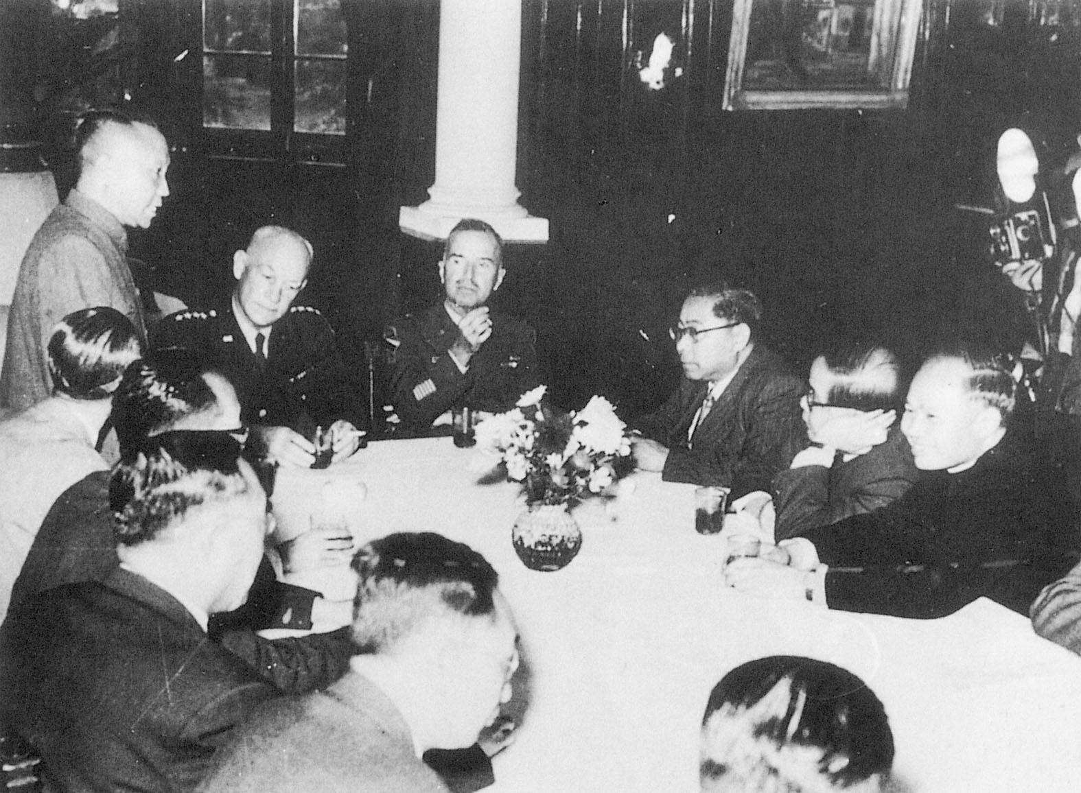 本會理事長谷正綱(圖左站立者)以「援助留韓反共義士委員會」總幹事身分,會見聯軍統帥赫爾上將(左三),提出嚴正聲明要求釋放滯韓義士。