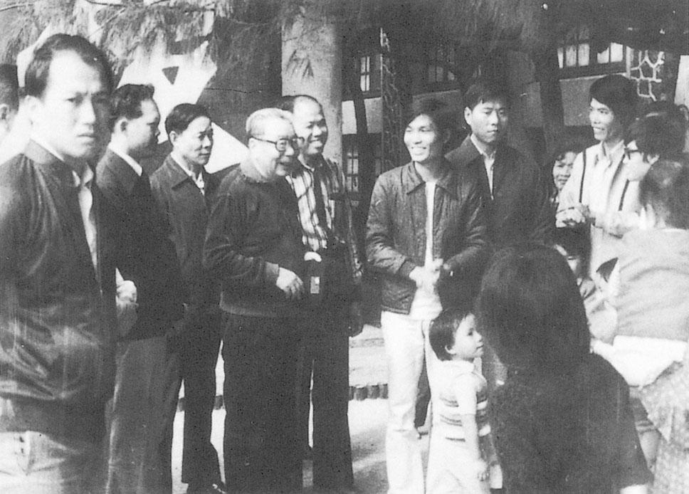 民國64年(1975)5月起至69年(1980)2月,本會配合政府辦理中南半島難僑22梯次計3,382人撤運來台。蔣經國總統赴澎湖接待中心慰問。