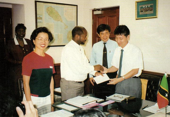 民國87年(1998)9月,本會響應外交部「送愛心到中美洲」,計捐贈美金3萬元及捐助美金3萬元物資運往三國災區。