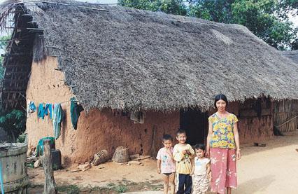 泰北難胞住在自行搭建的茅草房屋,飽受風雨摧殘,本會募集各方資源,於民國88年(1999)完成改建三千餘戶磚瓦房後,大幅提升了居住品質。