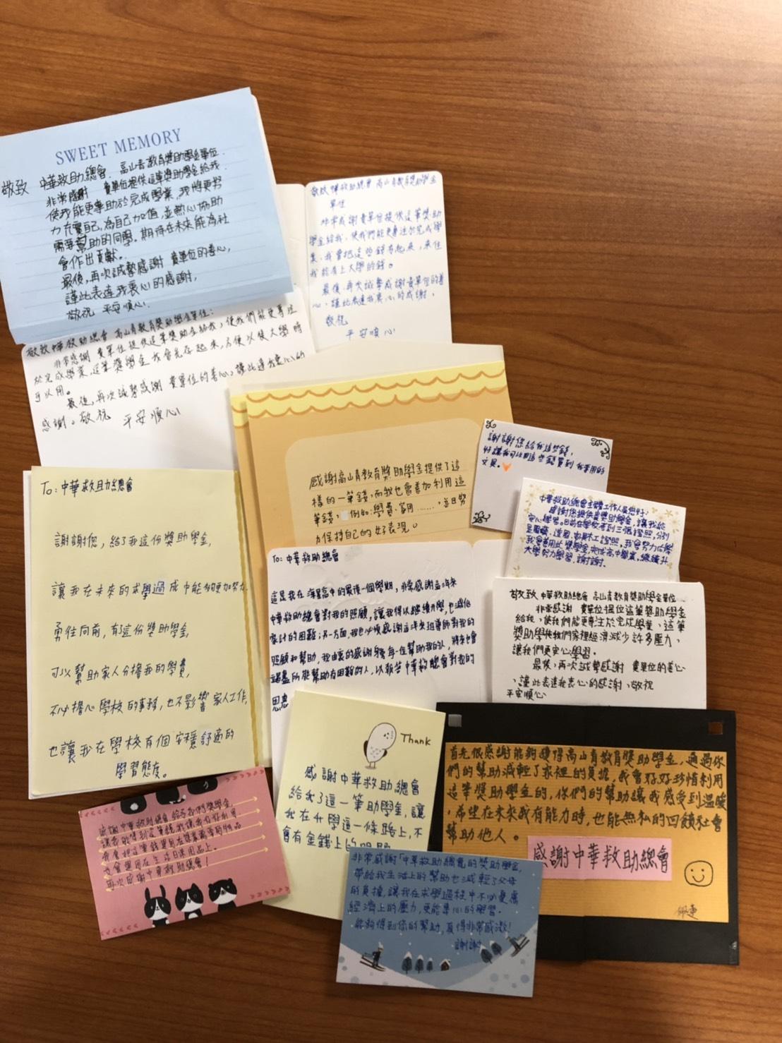 獲獎學生們手寫卡片表達感謝之心