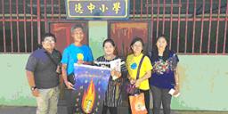 領隊組至清萊回中坡德中小學發認養金