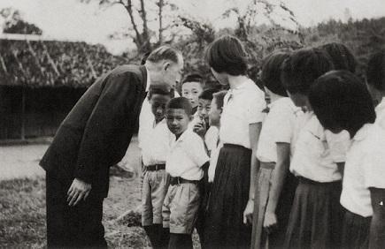 聆聽靦腆童語-1959年5月,本會方治秘書長走訪泰北村落,關懷難胞生活與教育情形。