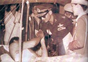 1981年2月16至3月8日,泰北孤軍在考柯考牙戰役中血戰22天,立下大功,使泰國免於被泰共分裂。圖為泰皇蒲美蓬與皇后詩麗吉探視孤軍傷兵。