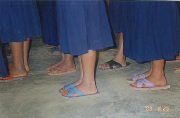 孩子們穿拖鞋上學。