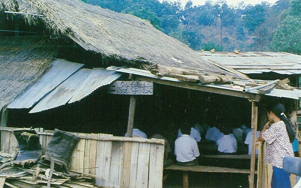 早期泰北難民村破敗不堪的中、小學校