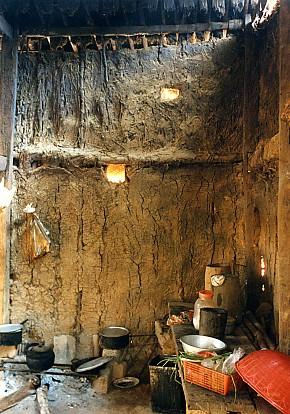 茅草屋內簡陋的廚房,烹煮一家三餐
