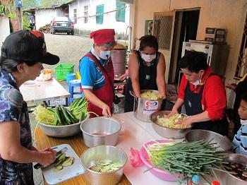 關懷偏鄉–輔導偏鄉部落婦女農產品再製技術。